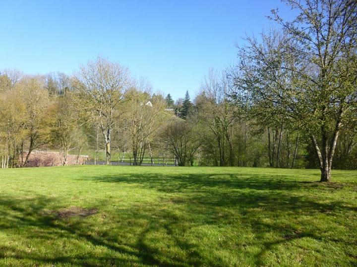 Terrain de camping derrière la base de Moulins le Carbonnel